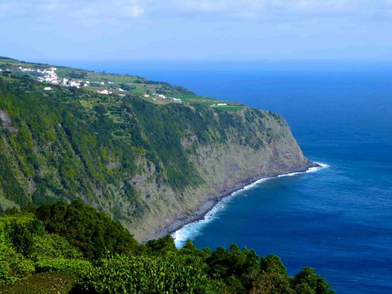 falaises-sao-jorge-cliff-falésias-sailboat-yacht-voilier-veleiro-charter-location-aluguer-cruise-croisiere-cruzeiro-azores-açores