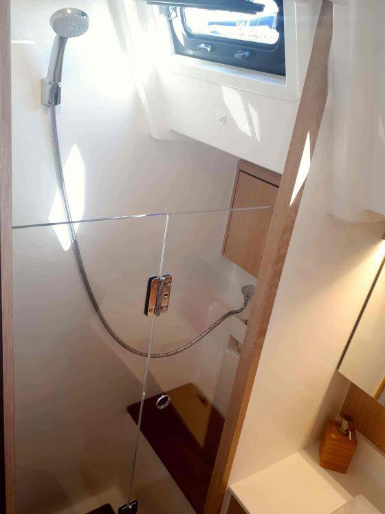 Lets-Sea-veleiro-voilier-sailboat-yacht-Bavaria-C45-sailing-Azores-Açores-Portugal-cruzeiro-croisière-cruises-bateau-boat-barco-shower-head-luxurious-spacious