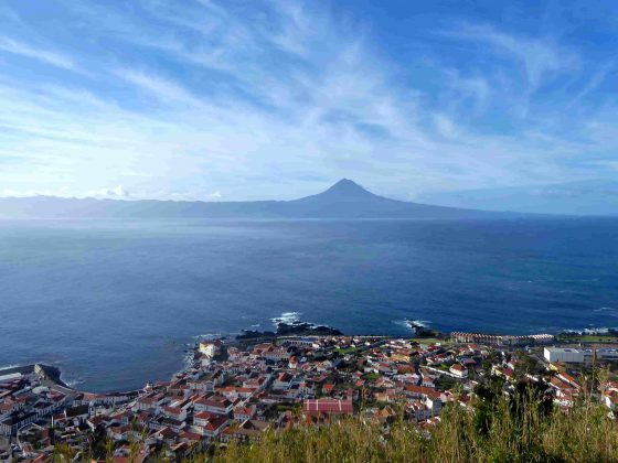 pico-mountain-montanha-montagne-ile-ilha-island-view-vista-vue-sailboat-yacht-voilier-veleiro-charter-location-aluguer-cruise-croisiere-cruzeiro-azores-açores